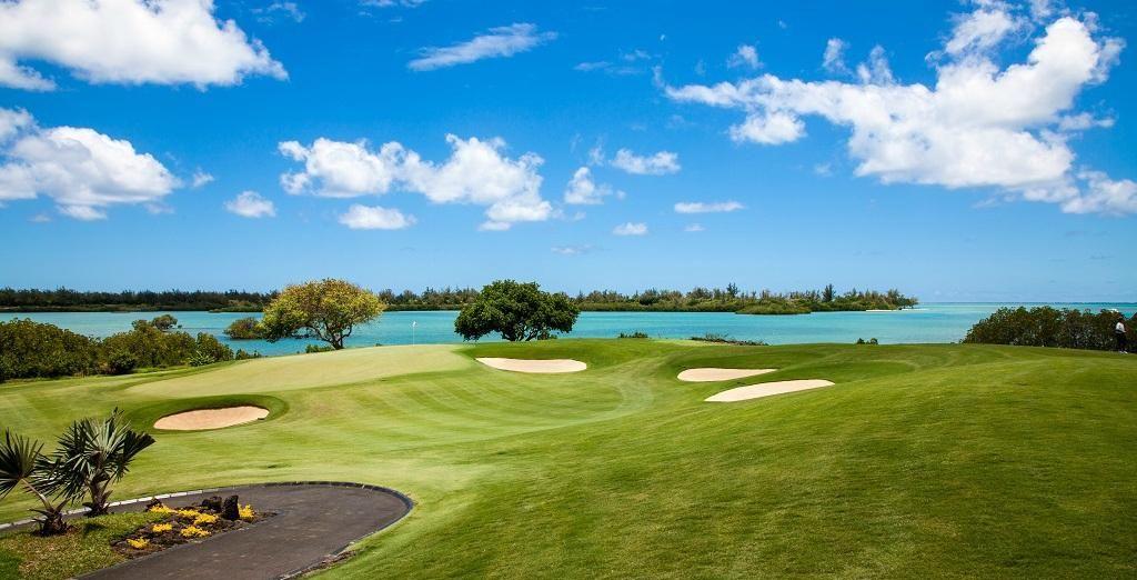 Et adonnez-vous au golf en illimité sur l'un des plus beaux parcours de l'île
