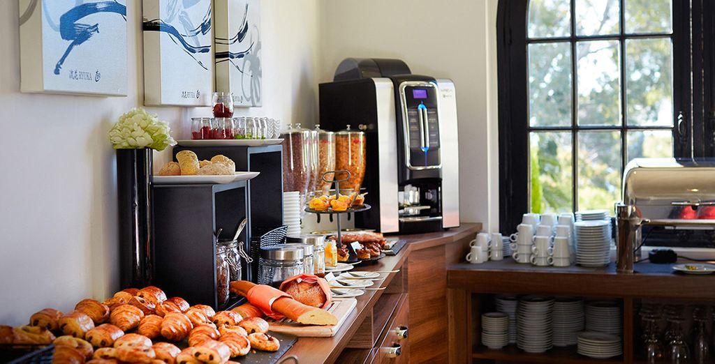 Pour des réveils tout en douceur, savourez un délicieux petit-déjeuner dans la salle intérieure