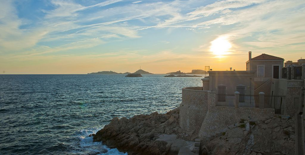 Mais avant de partir, ne manquez pas le coucher de soleil sur la Corniche... Bon séjour !