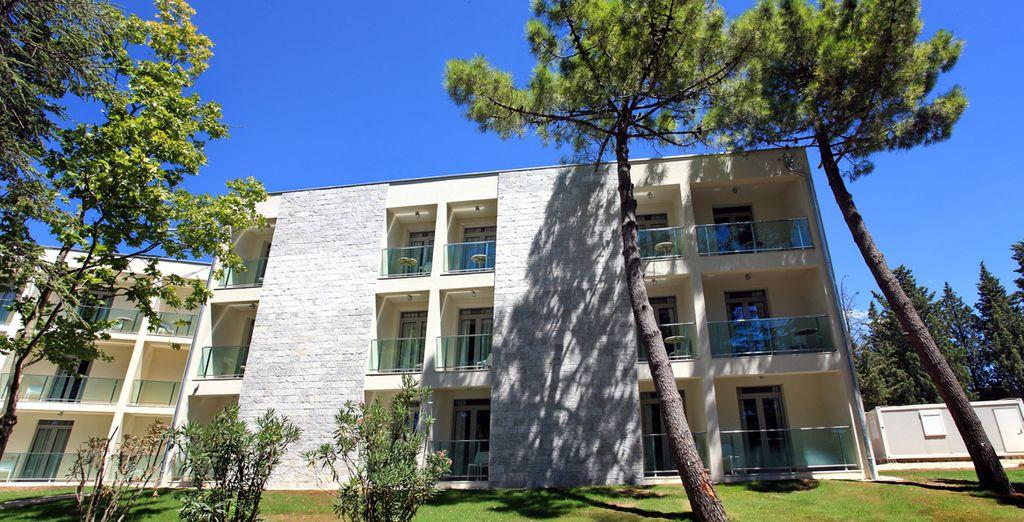 Installez-vous au Crvena Luka Resort, niché au cœur d'une pinède centenaire