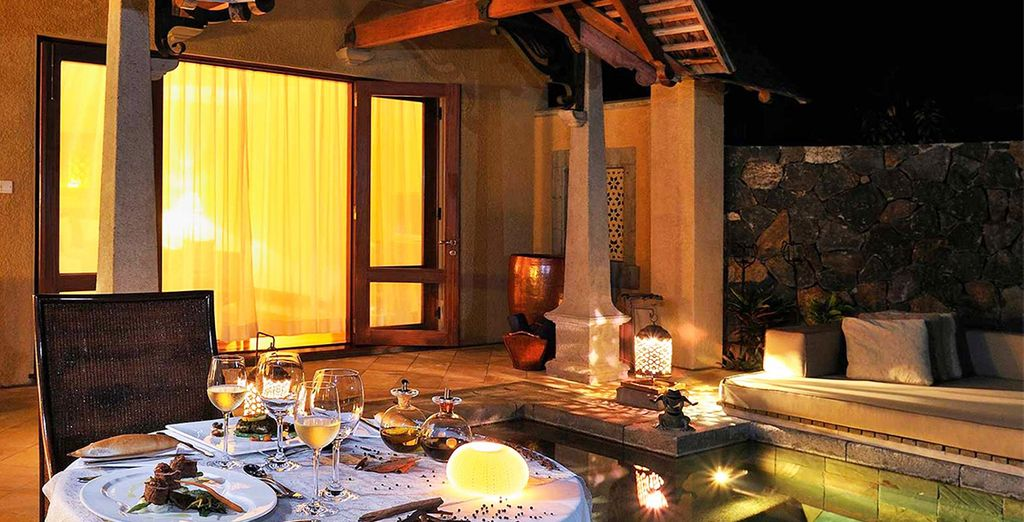Le soir faites appel au service de majordome pour un dîner romantique dans votre villa