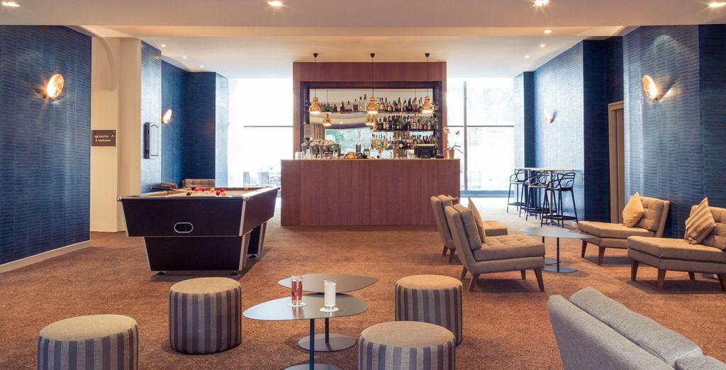 Et après un délicieux repas, installez-vous dans les fauteuils confortables du bar, invitant au repos