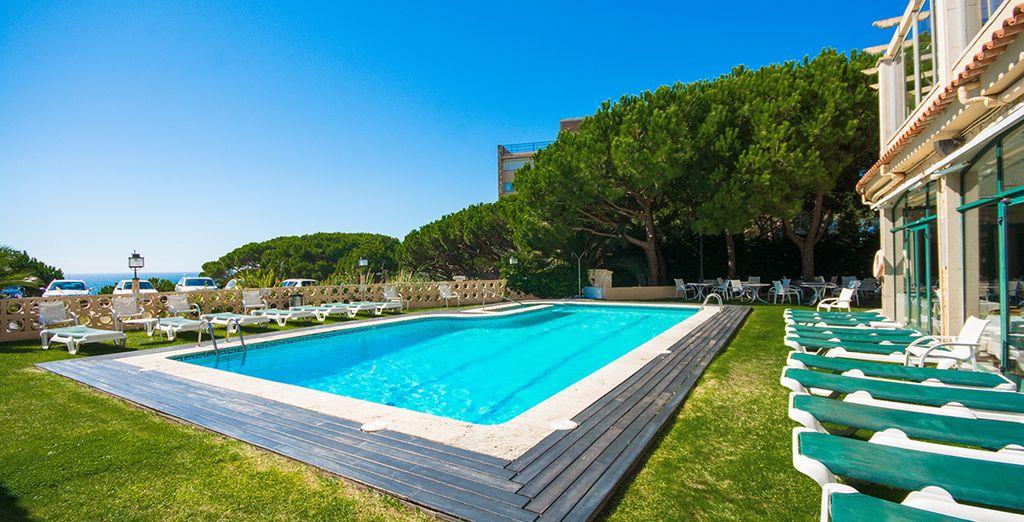 Rafraîchissez-vous dans la piscine extérieure encore agréable en arrière-saison