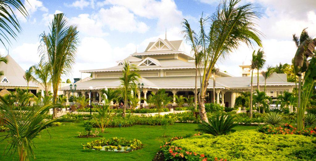 Niché dans de beaux jardins tropicaux