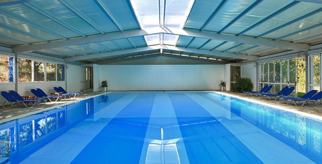 Vous pourrez vous délasser dans une piscine intérieure de charme...