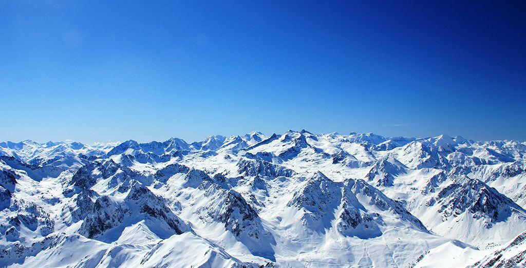 Paysage des Pyrénées enneigées observée lors d'un séjour au ski