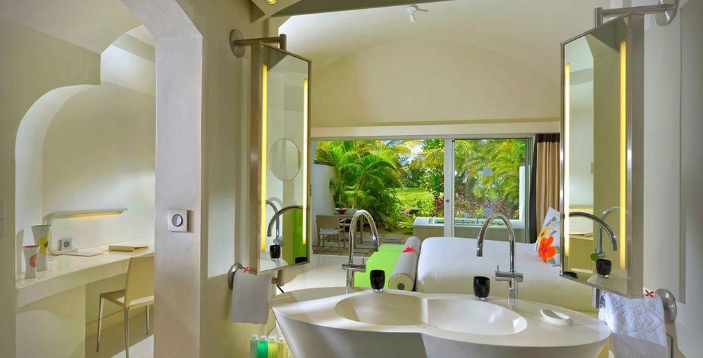 Et sa salle de bains délicieusement ouverte sur le jardin privatif