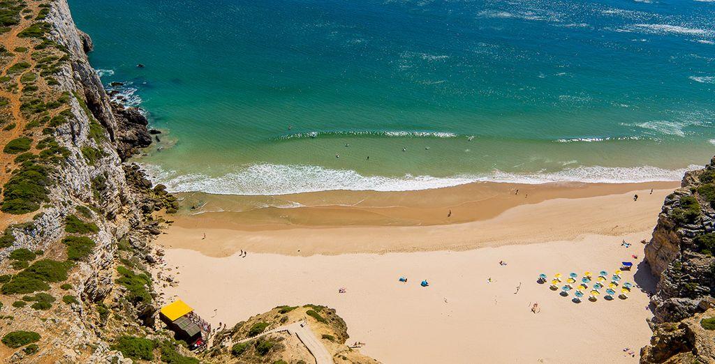 Foulez le sable blond des plages des environs