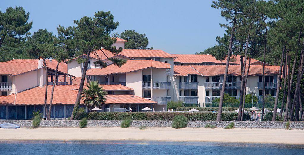La résidence club Pignada vous accueille, nichée sur les bords du lac Marin