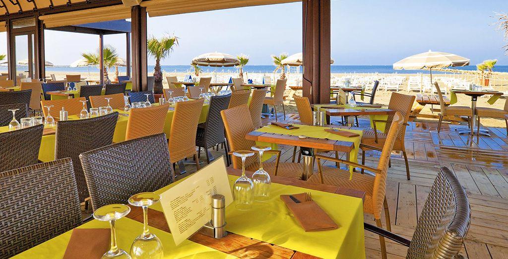 Prenez place à l'une des tables du restaurant de plage de l'hôtel
