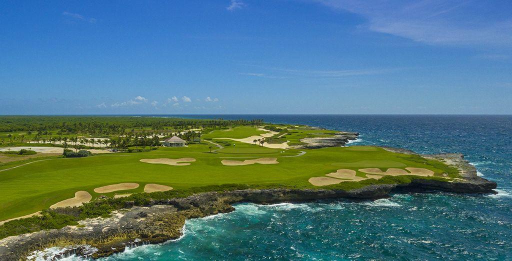 Puis de partir golfer dans le décor incroyable du 18 trous à proximité