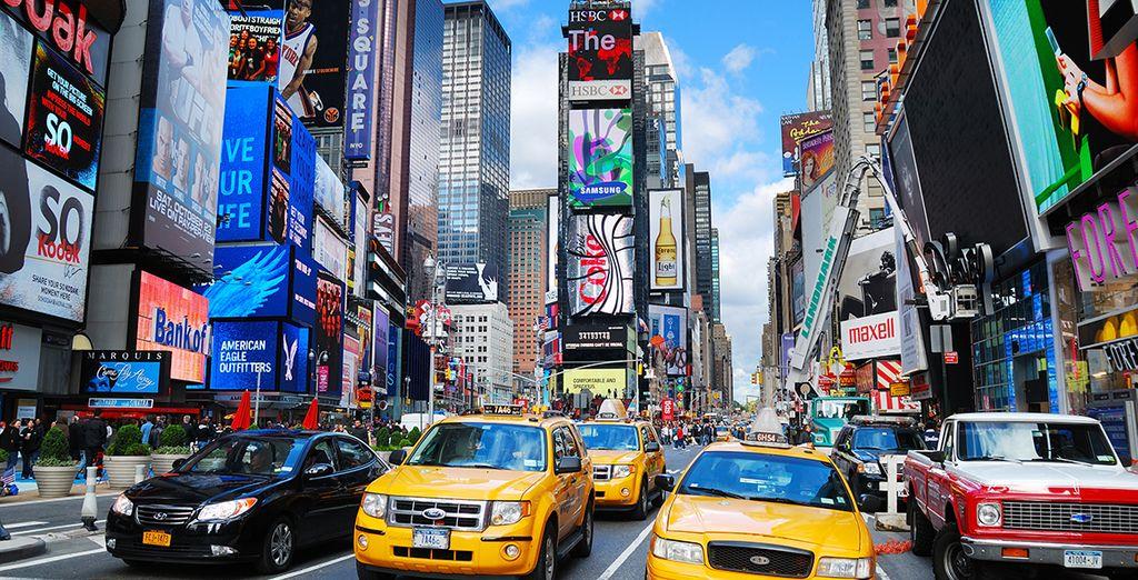 Quartier du Time Square à new York avec taxis et panneaux publicitaires