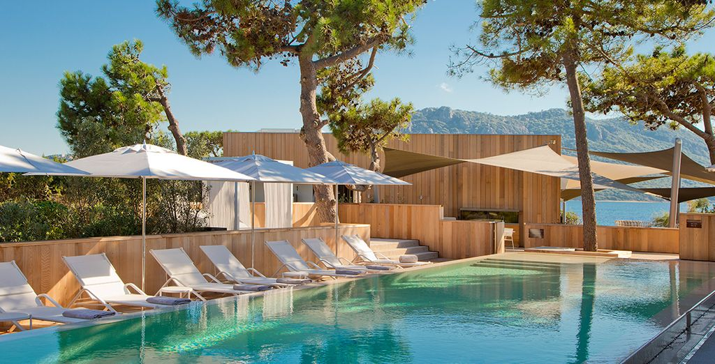 Hôtel de luxe 5 étoiles en Sardaigne, piscine extérieure chauffée et espace détente donnant vue sur les îles et la mer méditerranée