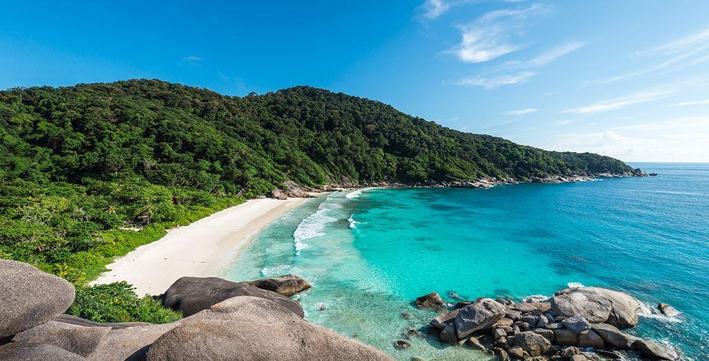 Paysage de la Thaïlande, plage de sable blanc et montagnes verdoyantes