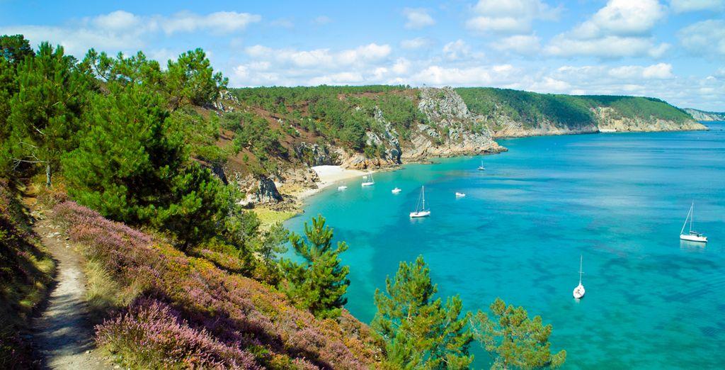 Photographie de la Bretagne, côtes rocheuses, plages de sable fin et eaux turquoise