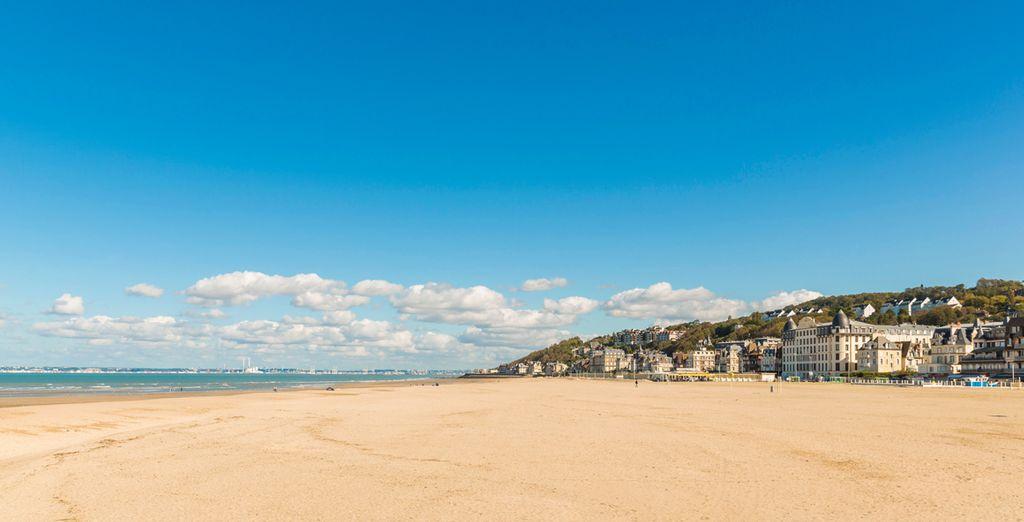 Promenade sur le front de mer à Trouville, en Normandie