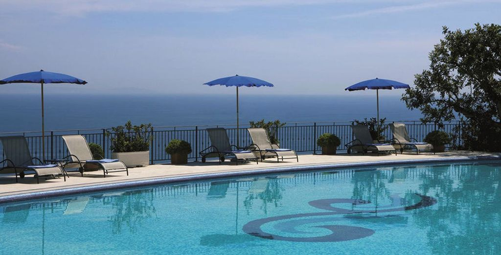 Puis dirigez-vous vers la piscine et prenez le soleil,