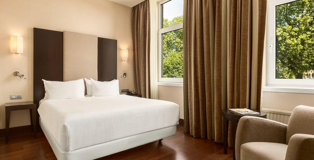 Installez-vous dans votre chambre standard avec vue sur la ville