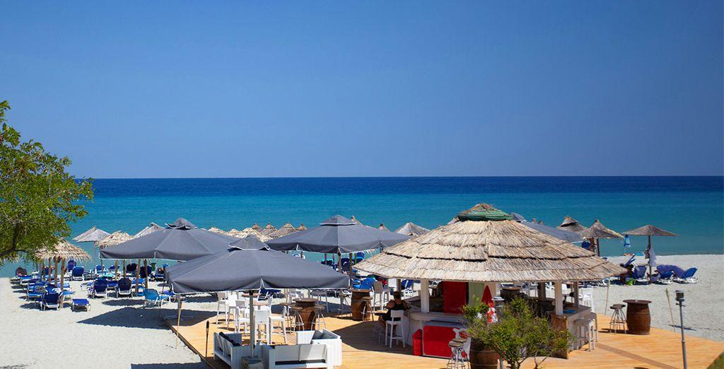 Rendez-vous à la plage pour un moment de farniente ou pour prendre un verre au Beach Bar