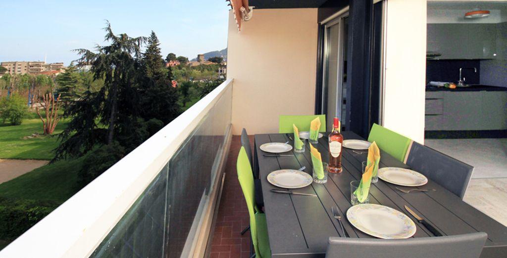 Profiter d'un bon repas sur la terrasse