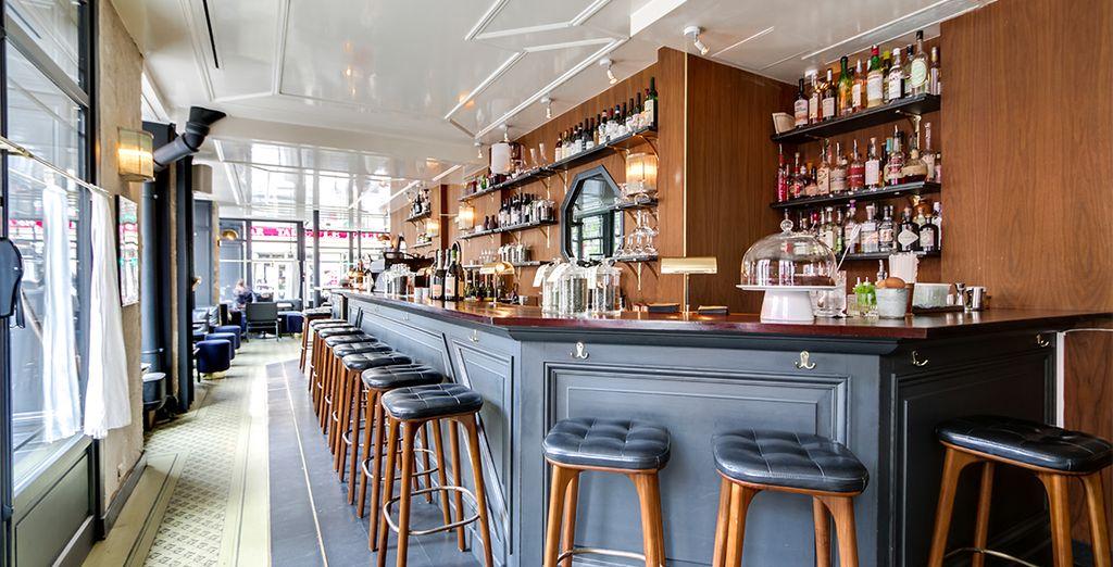Installez-vous confortablement au bar restaurant de l'hôtel