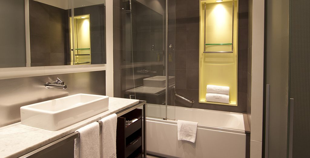 Proposant une magnifique salle de bains