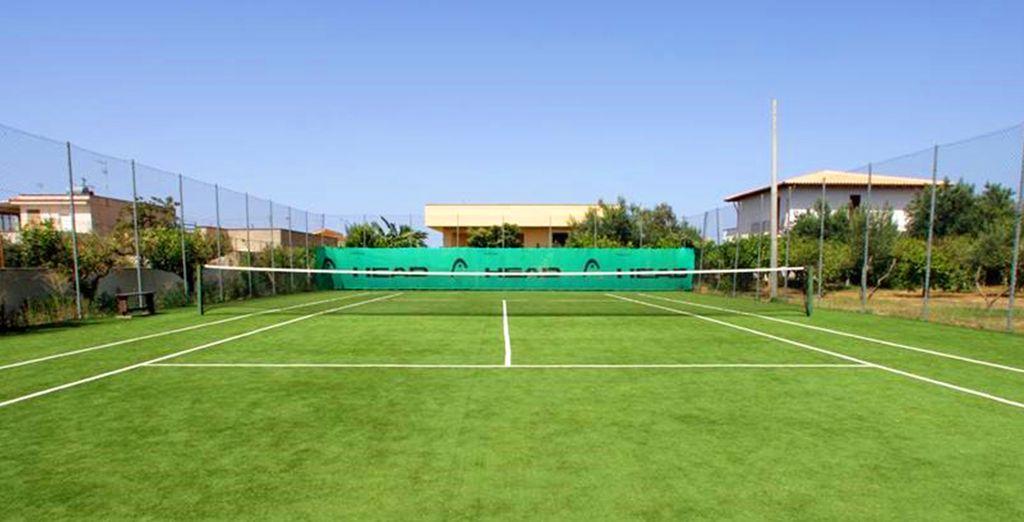 Exercez-vous au tennis sur le court de l'hôtel...