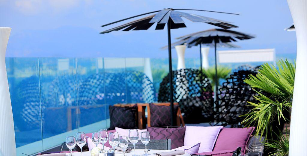 Offrez-vous un déjeuner sur la terrasse du restaurant et admirez la vue panoramique unique