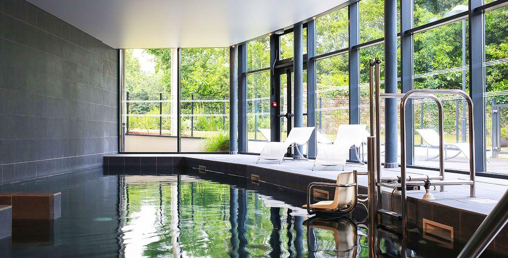 Poursuivez votre journée en faisant quelques longueurs dans la piscine extérieure
