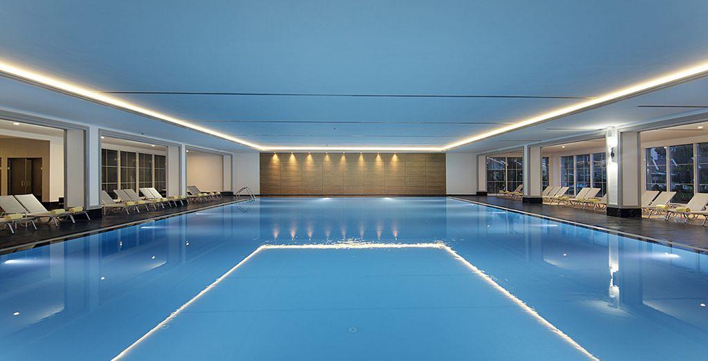 Imaginez-vous plonger dans cette grande et somptueuse piscine