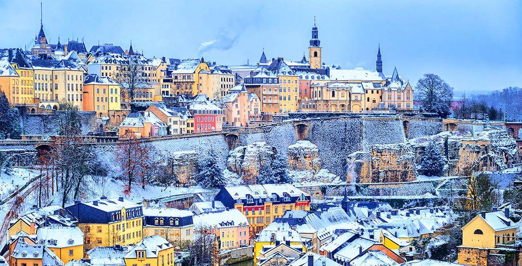 Photographie de la capitale de Luxembourg enneigée en hiver