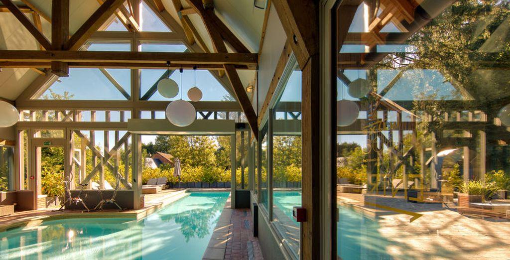 La piscine est à la fois couverte... et extérieure, pour pouvoir en profiter toute l'année