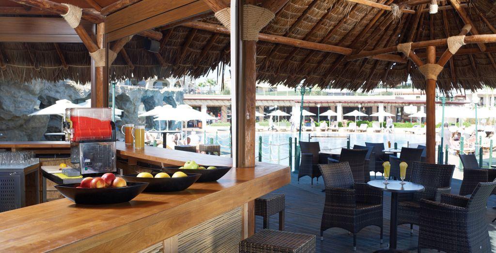Ou encore au bar près de la piscine !