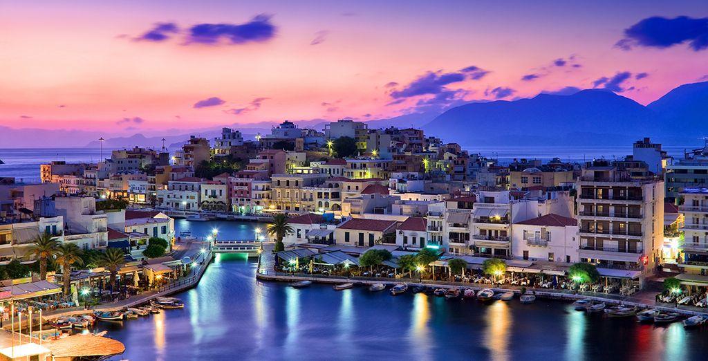 Photographie d'Agio Nikolaos et de sa ville colorée vue de nuit