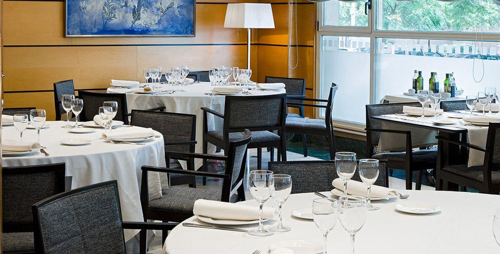 Installez-vous au restaurant et savourez une variété de menus aux saveurs internationales