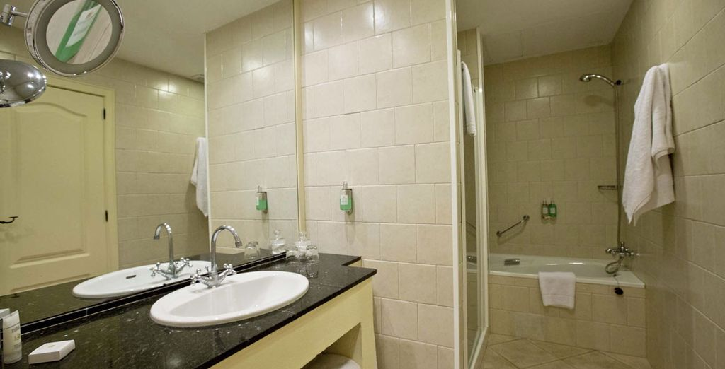 Et sa salle de bains avec baignoire et douche italienne