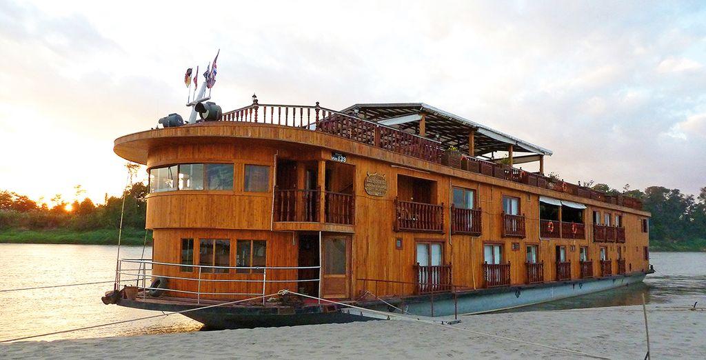 A bord d'un bateau-boutique élégant et confortable