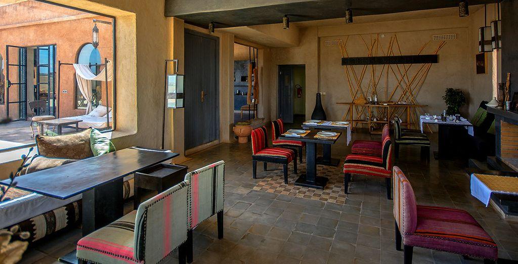 savourant la beauté de cette maison mixant influences marocaines et contemporaines