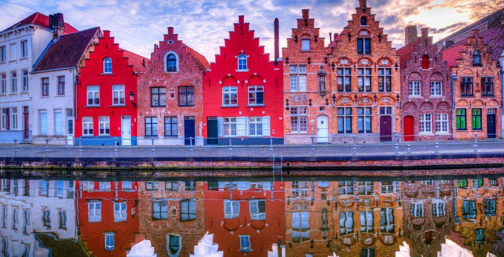Contemplez la richesse des façades insolites de chaque bâtiment