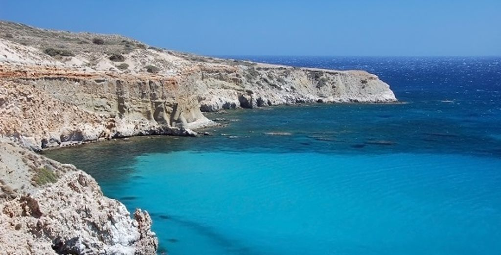 Les eaux bleues de la mer Egée et les côtes de l'île d'Ios
