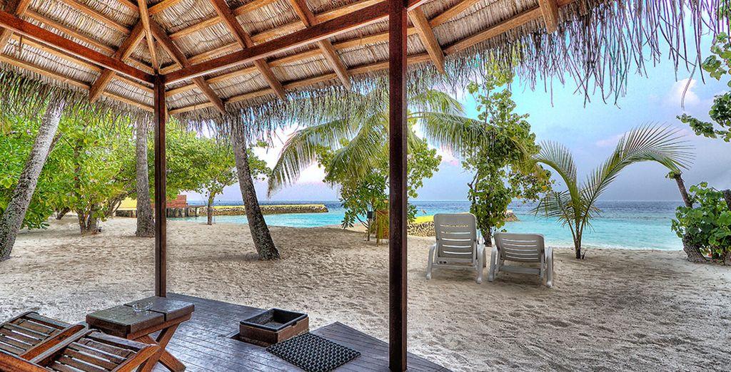 Enfoncez vos pieds dans le sable blanc et chaud de l'île