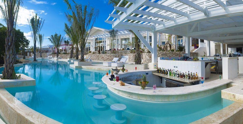 Pourquoi ne pas aller s'offrir un verre au bar... dans la piscine !