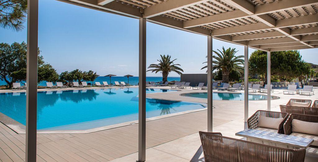 Rafraîchissez-vous dans la piscine ou préférez prendre un bain de soleil sur les chaises longues
