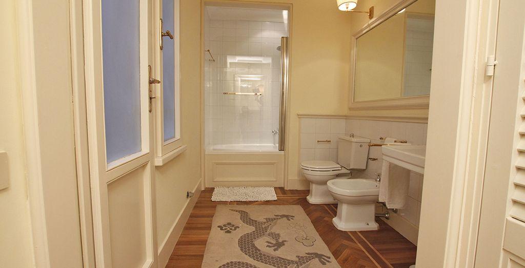 La deuxième salle de bains extrêmement spacieuse