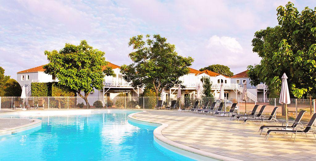 Hôtel de luxe avec piscine extérieure et espace détente, au coeur de la ville de La Rochelle