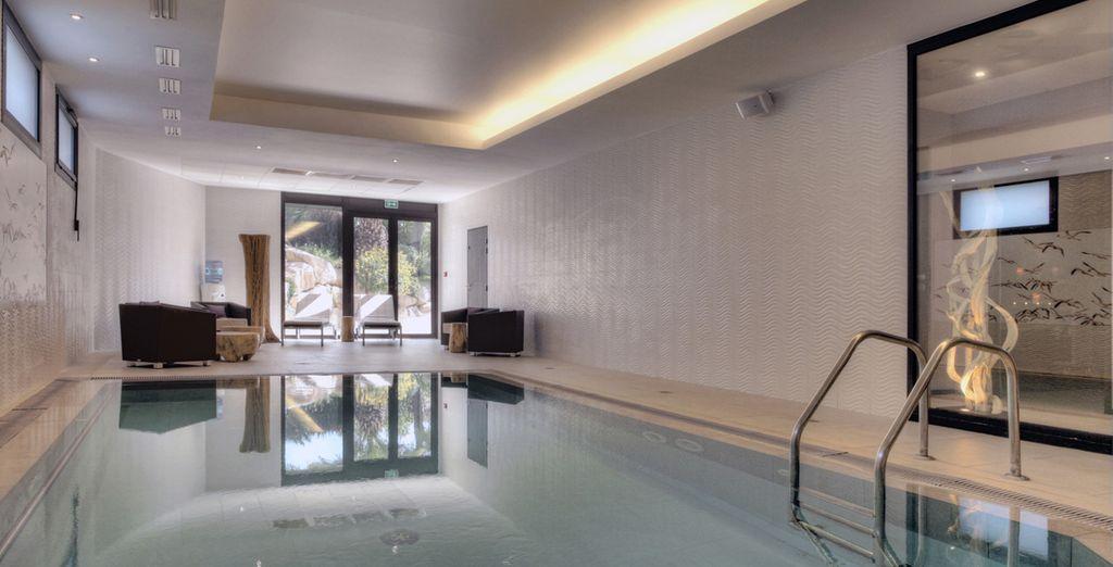 ...et piscine intérieure du Spa Aromassane