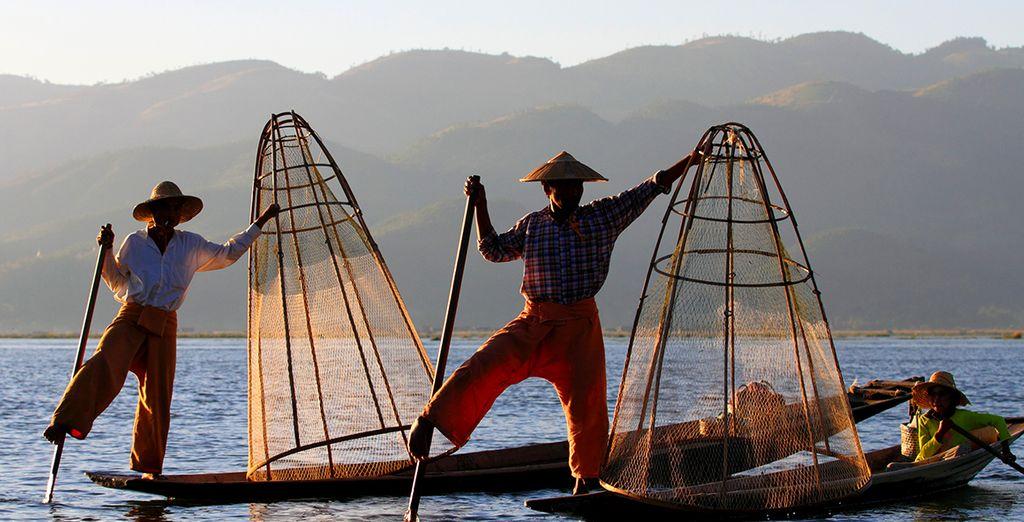 Observez les pêcheurs locaux s'affairer le long des berges