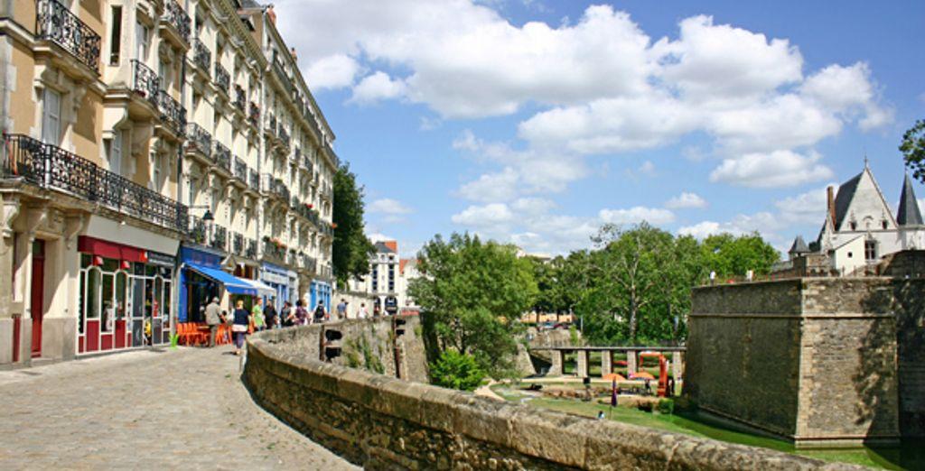 Une rue le long du château de Nantes