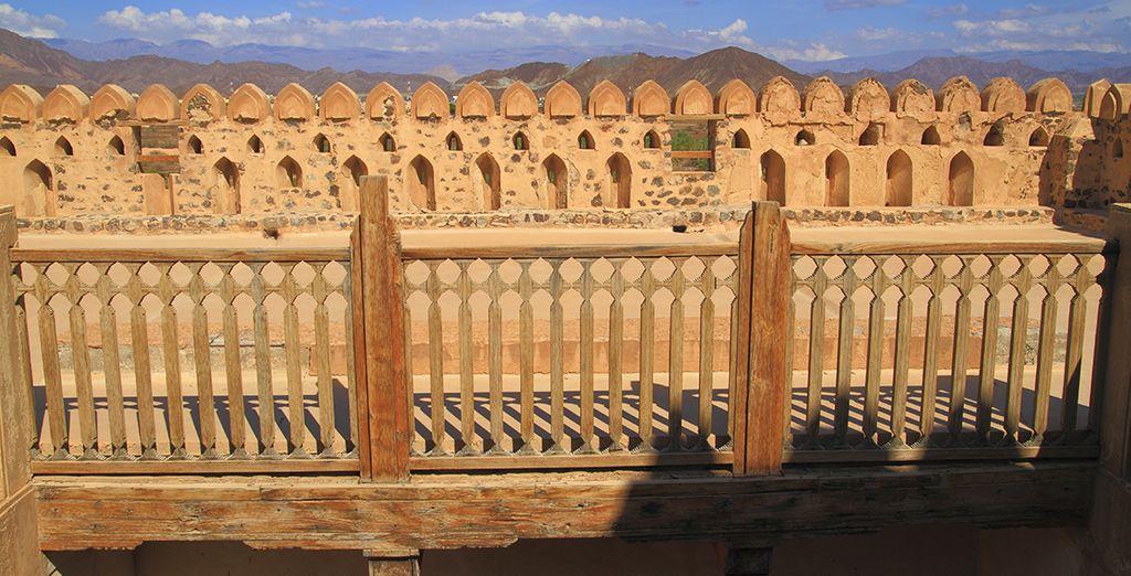 Prenez de la hauteur en flânant sur les remparts de la forteresse Jabreen