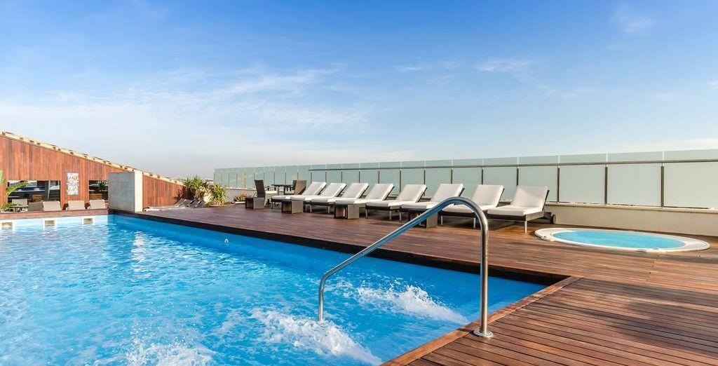 Sur la terrasse, gagnez la piscine